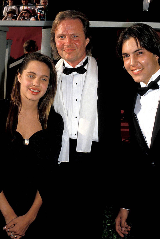 О свадьбе Анджелины и Брэда отец актрисы Джон Войт узнал… от журналистов. Энджи долгое время не общалась с отцом: она так и не смогла простить ему то, что он бросил ее мать. Сейчас отношения с родителем у голливудской звезды более-менее стабильные, хотя Джоли признается: наладить контакт было нелегко.