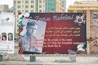 Плакаты с поздравлениями по случаю 70-летия Победы на улицах Бахрейна - их развесили бывшие студенты советских вузов.