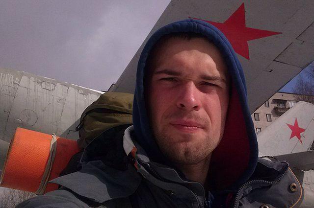 Илья Фролов идет уже три месяца.
