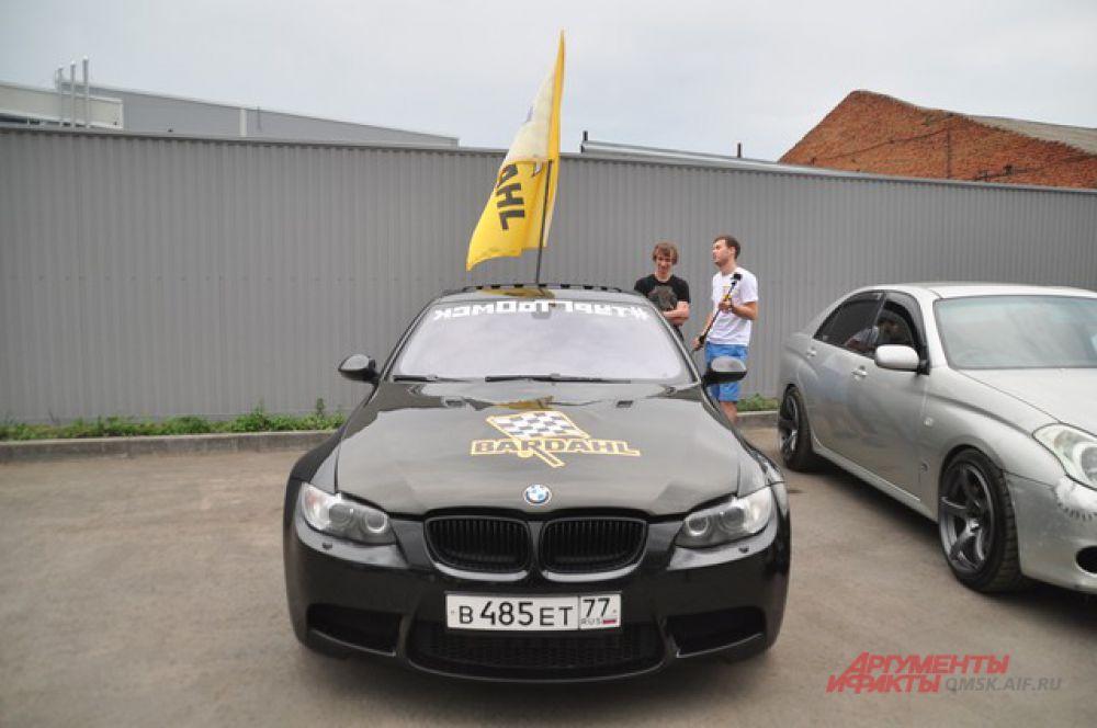 В Омске состоялся показ гоночных болидов, участвующих в Кубке Сибири.