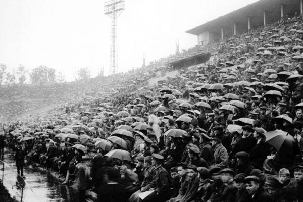 Болельщики смотрят матч на стадионе «Динамо» в городе Москве. 1937 год.