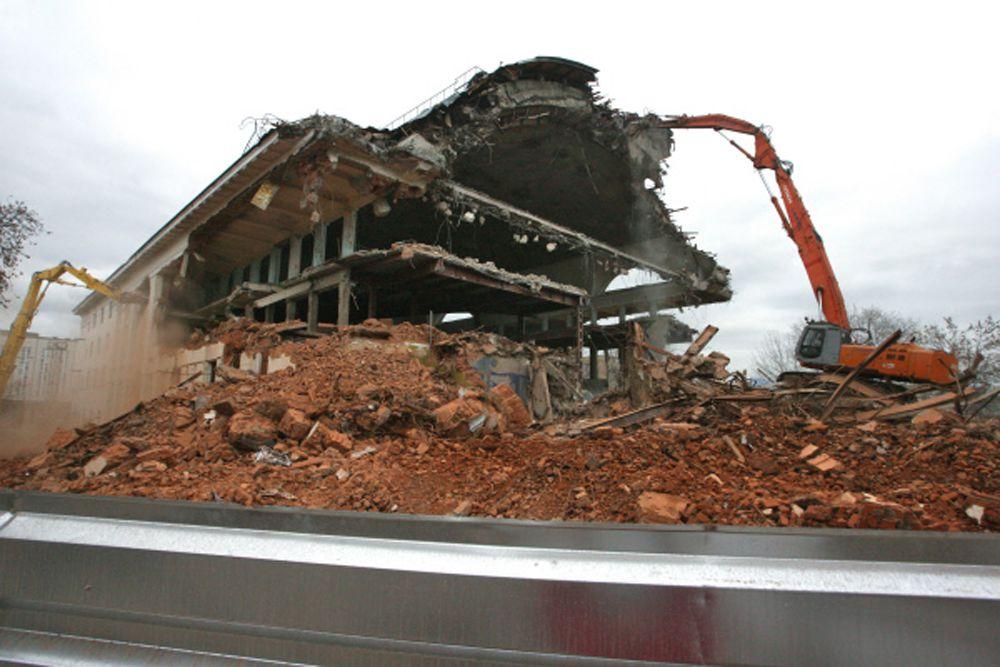 Строители приступили к демонтажу бассейна в рамках реконструкции стадиона «Динамо» в Петровском парке столицы. 2011 год.