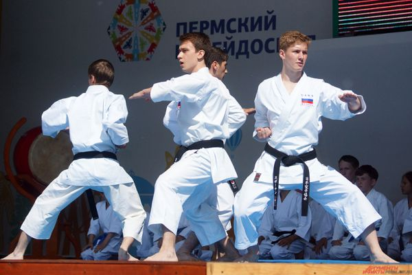 Показательные выступления проходили на главной сцене парка Горького.