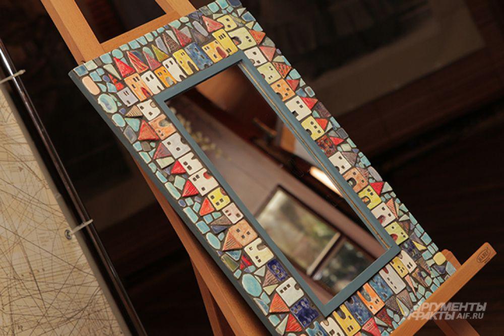 Первым лотом стало красочное зеркало, сделанное студентами колледжа №21.
