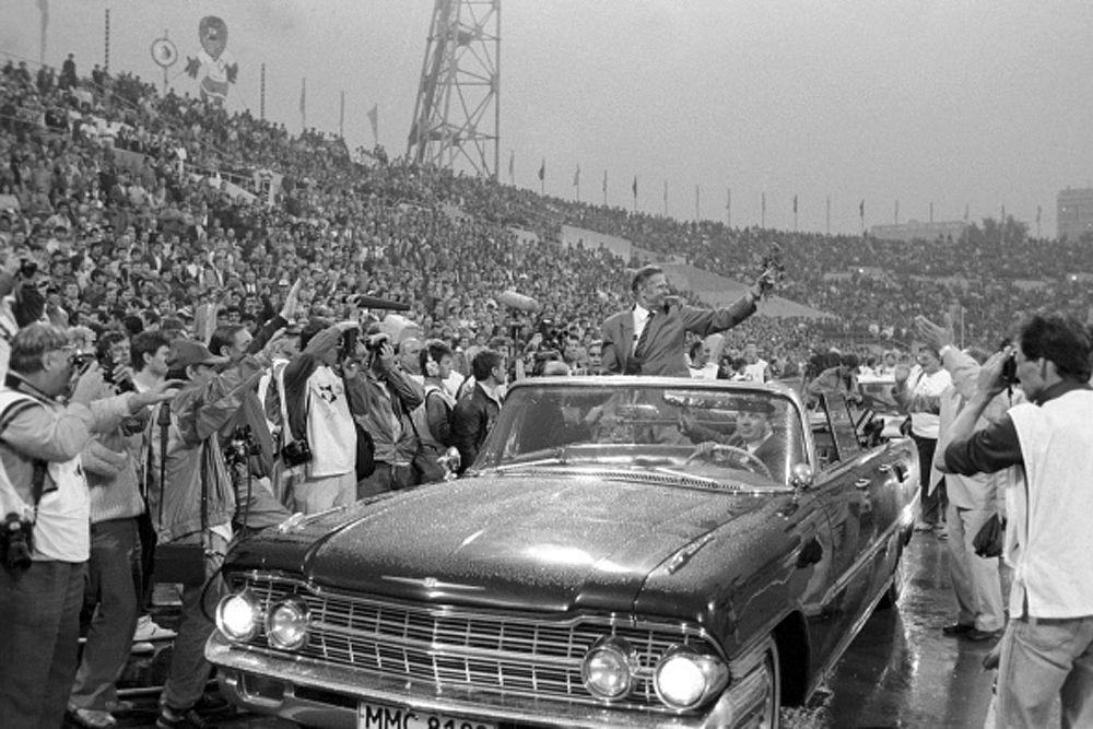 Заслуженный мастер спорта Лев Яшин совершает символический круг почёта по стадиону «Динамо» перед футбольными благотворительными матчами, посвящёнными 60-летию вратаря. 1989 год.
