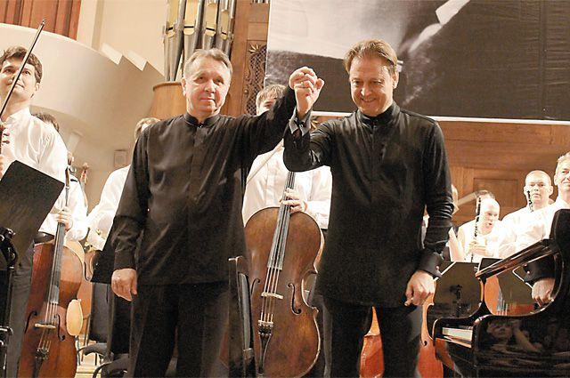 Маэстро Михаила Плетнёва (слева) и дирижёра Александра Сладковского публика долго не отпускала со сцены.