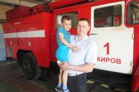 Михаил со спасенным ребенком на руках.