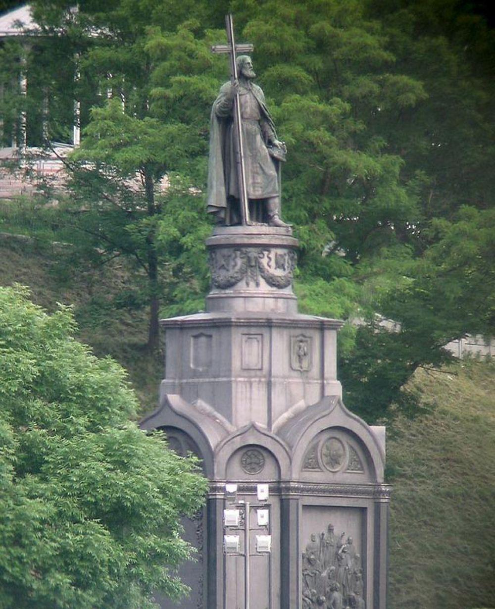 Памятник князю Владимиру, установленный в Киеве, представляет собой бронзовую статую высотой 4,5 метра, установленную на пьедестале высотой 16 метров. Монумент был установлен на берегу Днепра в 1853 году.