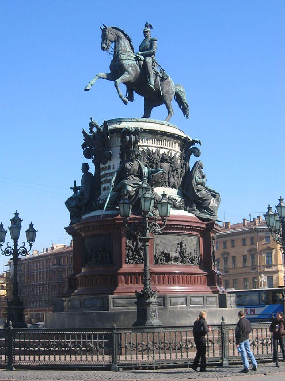 Памятник Николаю I на Исаакиевской площади. Первоначальный эскиз, созданный Клодтом, представлял собой всадника на спокойно стоящем коне.