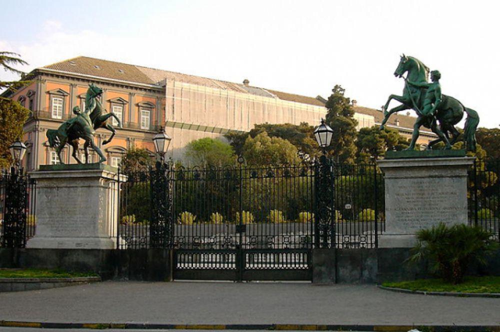 Двух коней с пьедестала Аничкова моста Николай I подарил «королю обеих Сицилий» Фердинанду II. Сейчас они стоят у Королевского дворца в Неаполе.