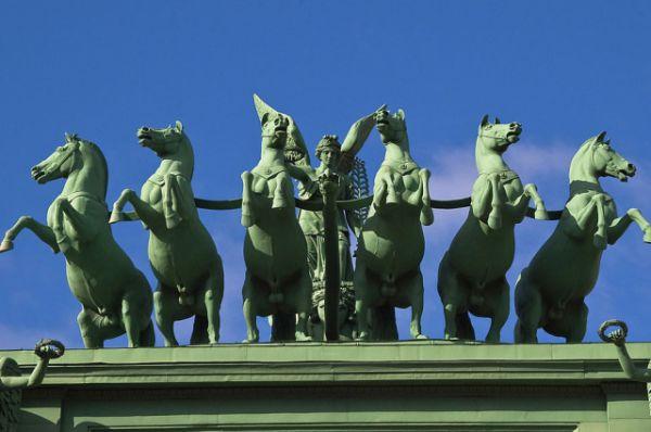 На Нарвских воротах установлена несущая колесницу богини славы шестёрка коней, выполненная из кованой меди по модели Клодта в 1833 году. В отличие от классических изображений этого сюжета, кони в исполнении Клодта стремительно несутся вперёд и даже встают на дыбы.