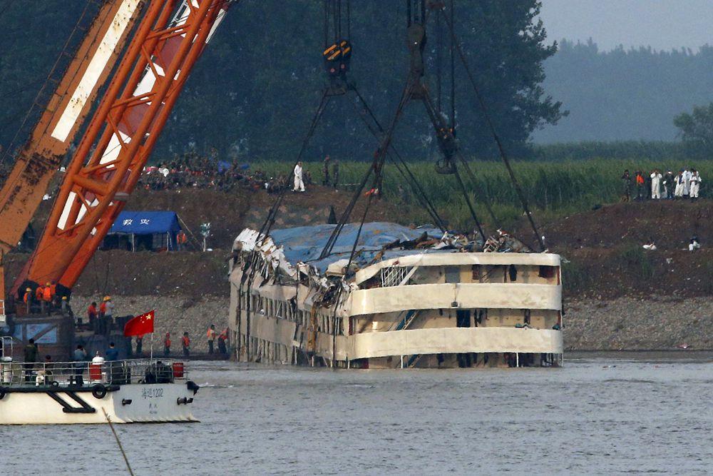 Некоторые СМИ сообщили, что судно попало не просто в циклон, а угодило под смерч.