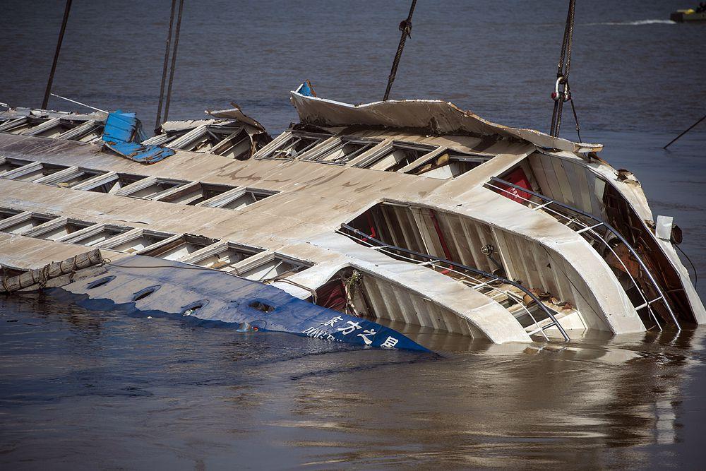 Сегодня судно было поднято на поверхность. В поисковой операции в общей сложности приняли участие четыре тысячи человек и 110 судов.