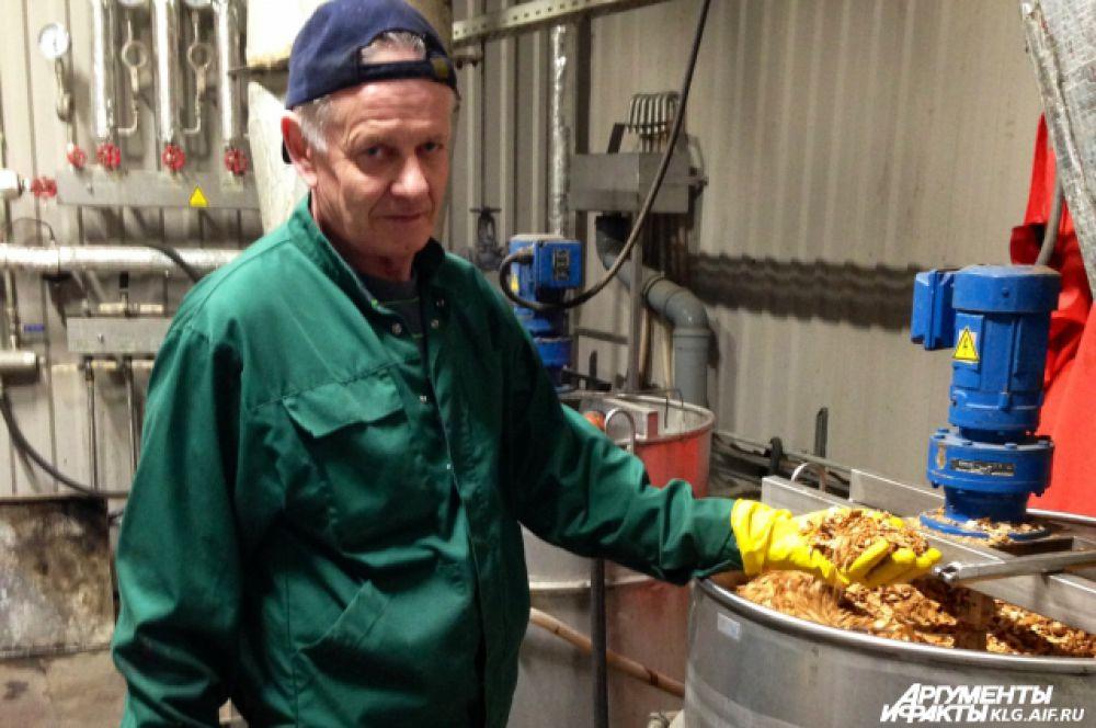 «Поджаривают» рыбу на экологичных ольховых опилках.