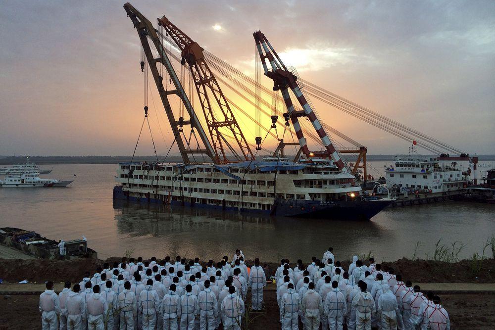Его длина составляет 76,5 м, высота - 11 м. Судно могло принять на борт до 534 человек. Оно принадлежит компании Chongqing Eastern Shipping Corporation.