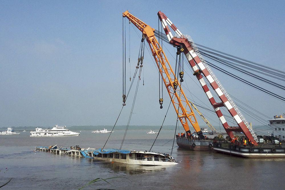Министерство транспорта Китая уточняет, что на борту находились 456 человек, из них 405 пассажиров, а также 46 членов экипажа и пятеро сотрудников турагентств.