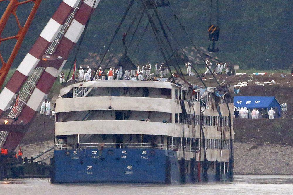 «Дунфанчжисин» - небольшой круизный лайнер водоизмещением 2,2 тыс тонн.