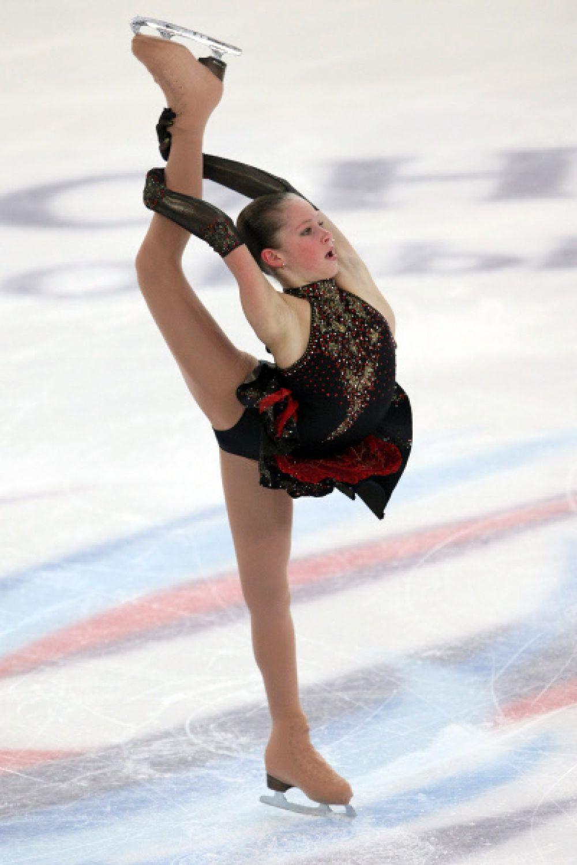 Юлия Липницкая выступает с короткой программой в женском одиночном катании на Чемпионате России по фигурному катанию. 2011 год.