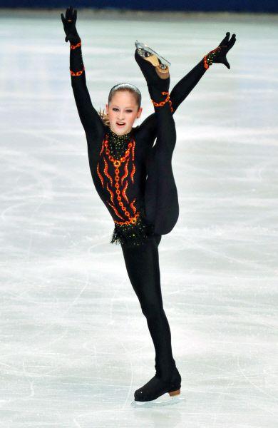 Юлия Липницкая выступает с короткой программой на V Этапе Кубка мира по фигурному катанию в Париже. 2012 год.