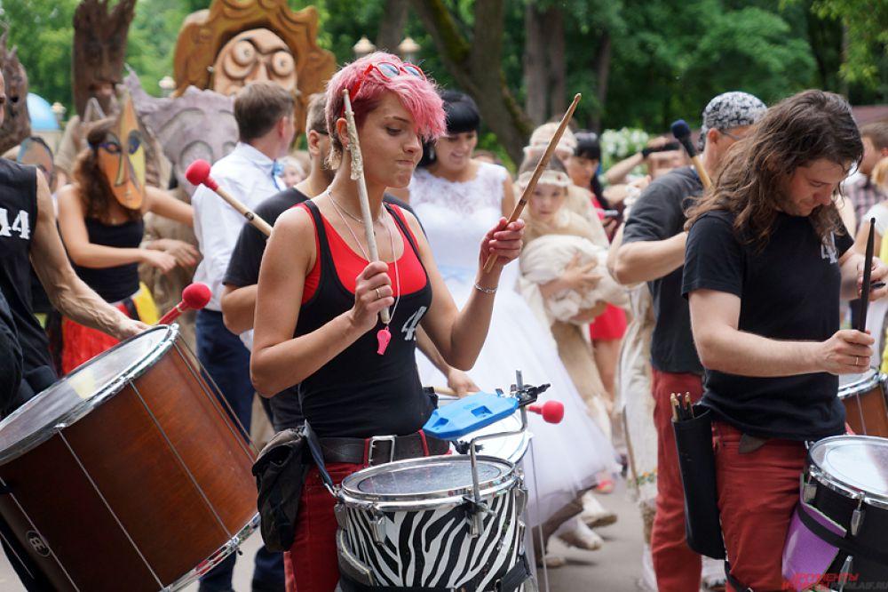 Участник фестиваля коллектив «44 Drums» - один из уникальнейших проектов России. Ансамбль барабанщиков существует более пяти лет и активно принимает участие в фестивалях и конкурсах, шоу и парадах.