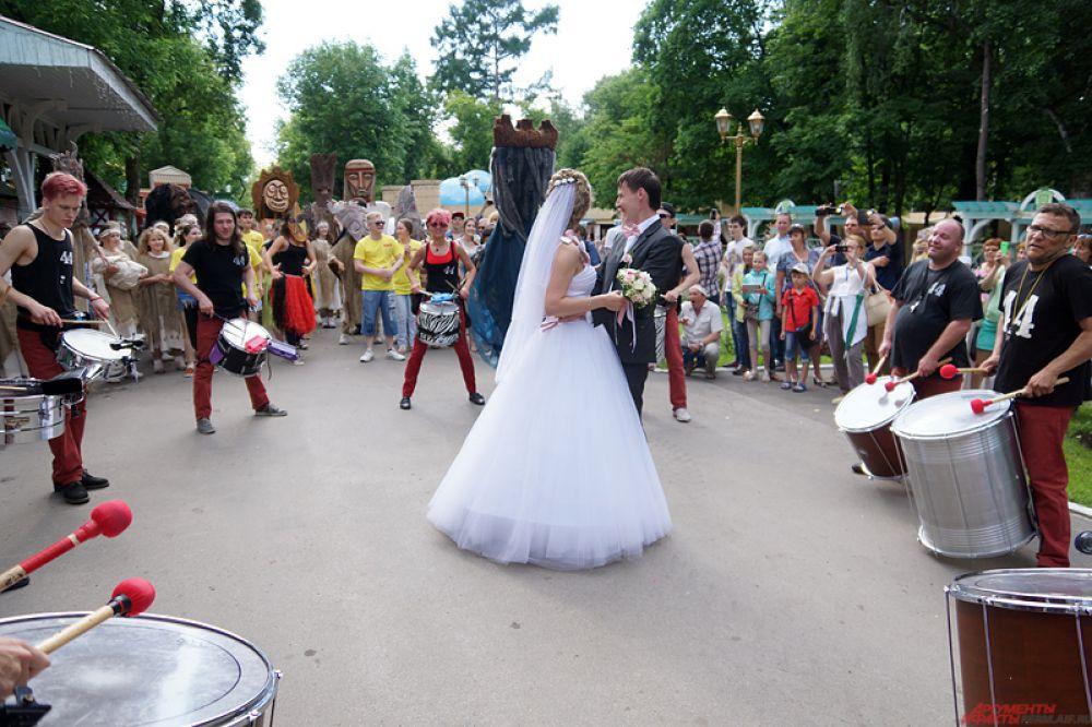 Так, карнавал остановился перед свадебной парой. Артисты окружили молодоженов и танцевали вокруг них.