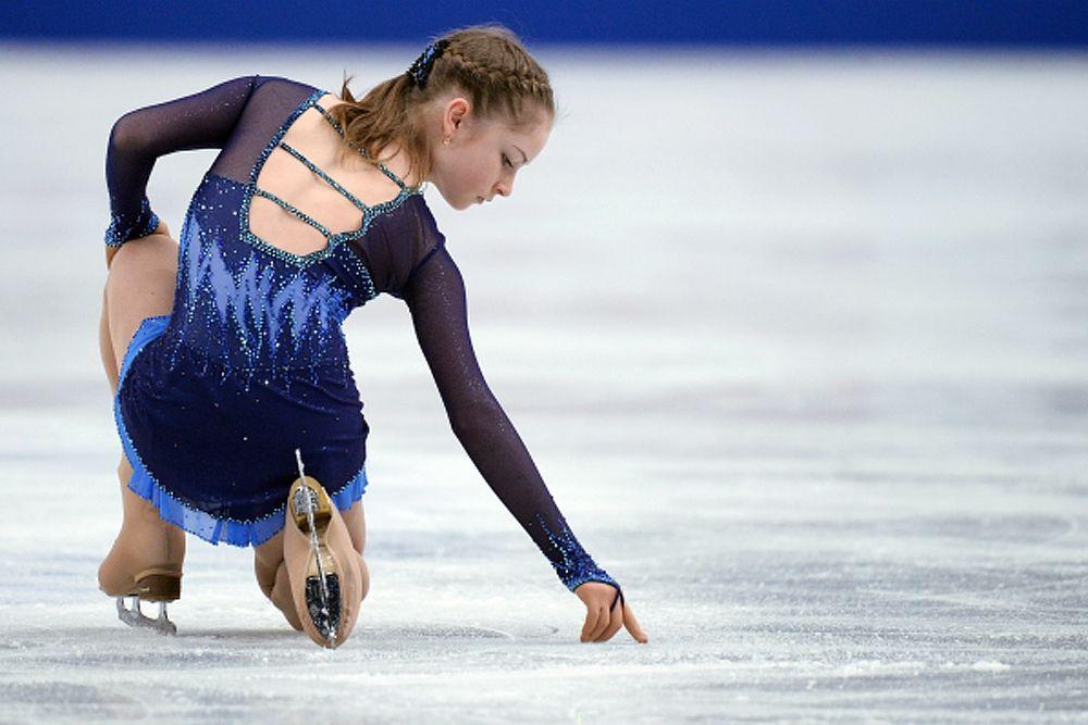 Юлия Липницкая выступает в короткой программе женского одиночного катания на Чемпионате мира по фигурному катанию 2014 года в Сайтаме.