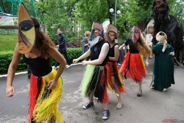 Мероприятие началось с красочного карнавала, состоявшего из клоунов, трюкачей, больших кукол и др.
