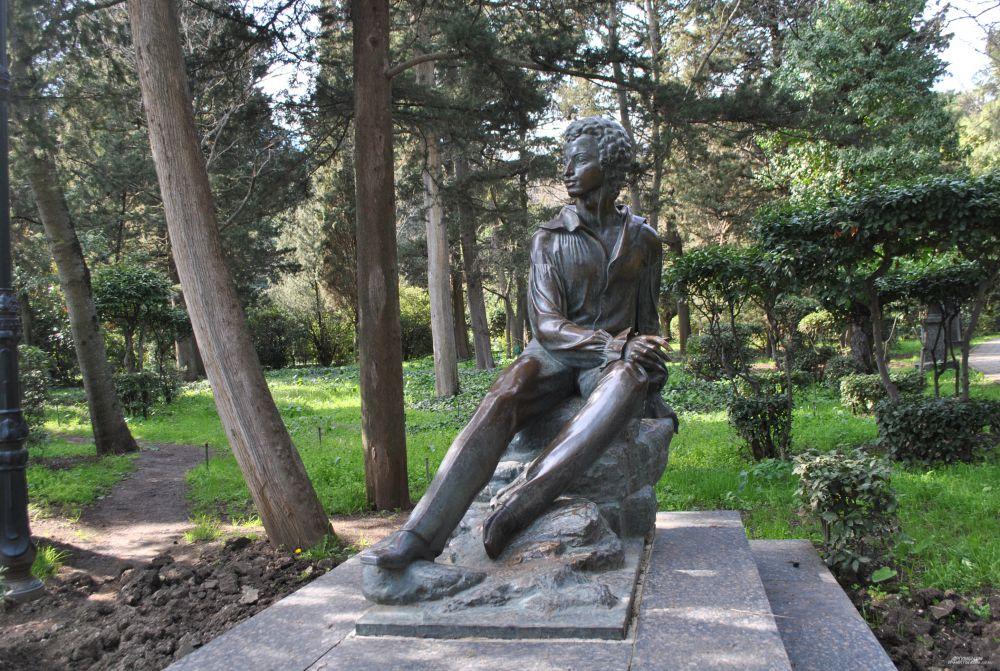 Памятник молодому Пушкину в Гурзуфе.
