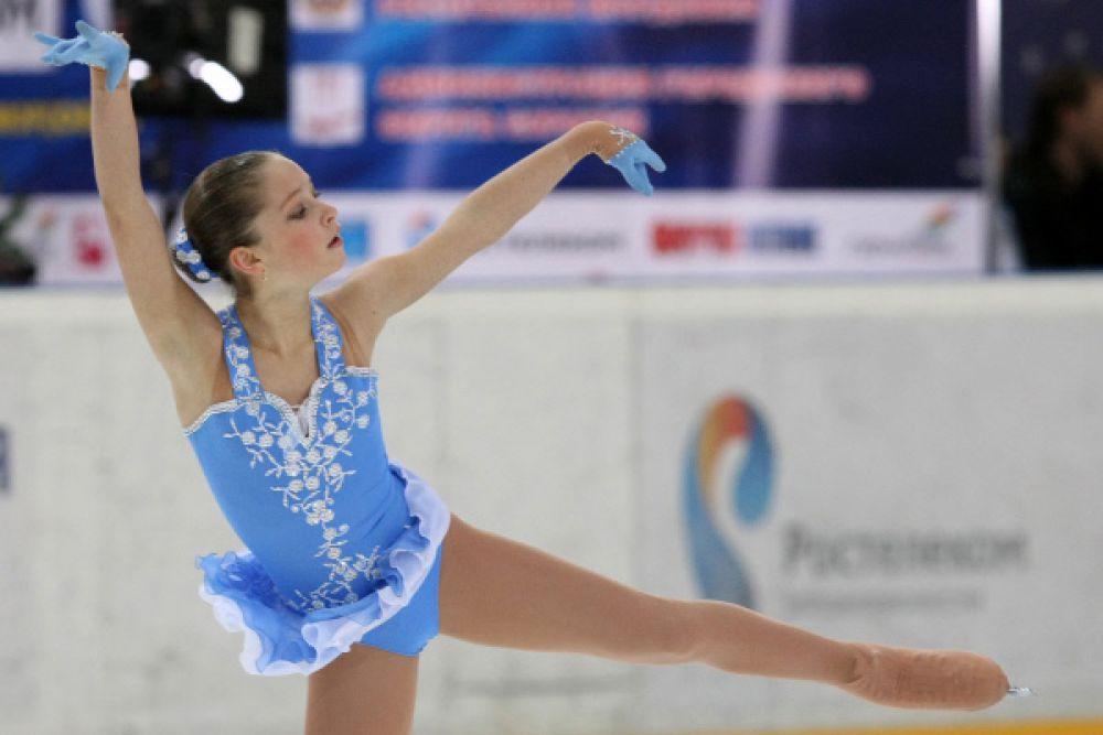 Юлия Липницкая выступает с произвольной программой в женском одиночном катании на чемпионате России по фигурному катанию. 2011 год.