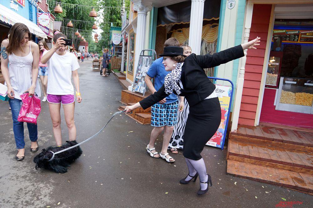 Дама с искусственной собачкой пугала прохожих.