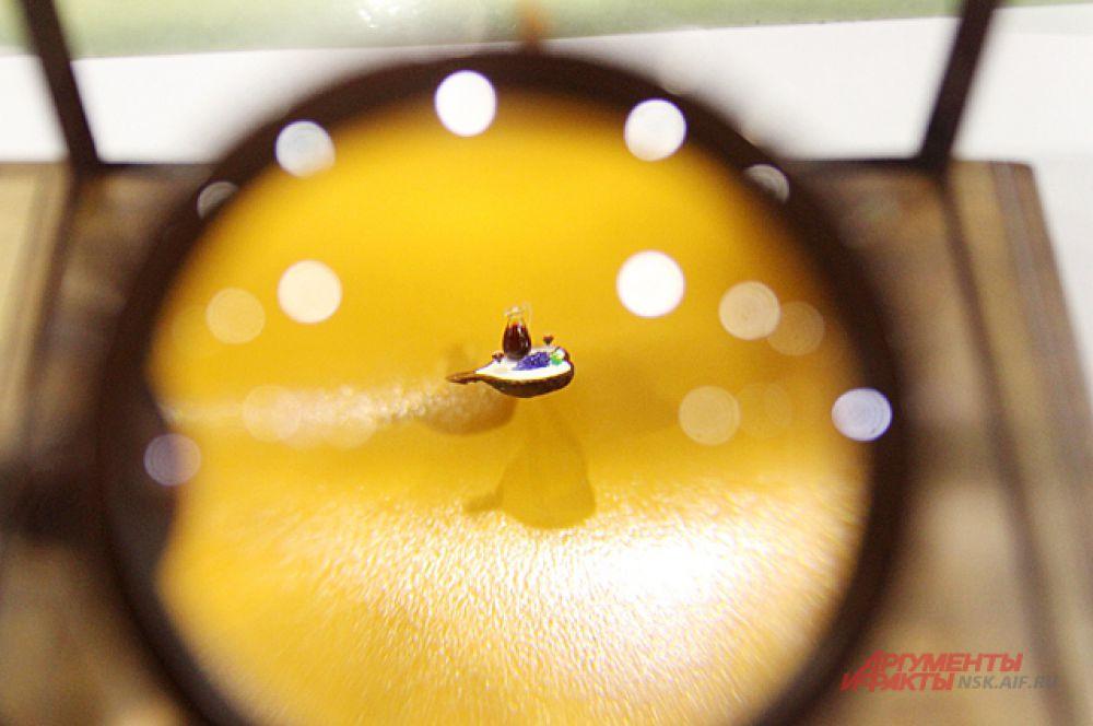 Через сильнейшее увеличительное стекло можно рассмотреть объекты микроскопических размеров.
