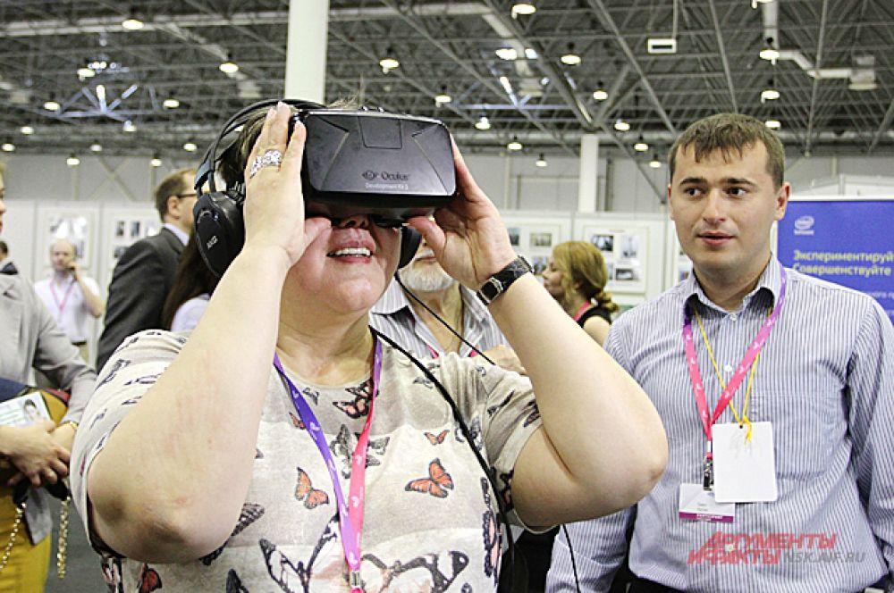 Интересно, что видят эти люди через очки виртуальной реальности? Может быть, Россию XXII века?