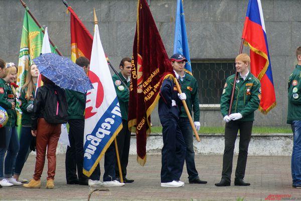 Участники несли в руках большие флаги.