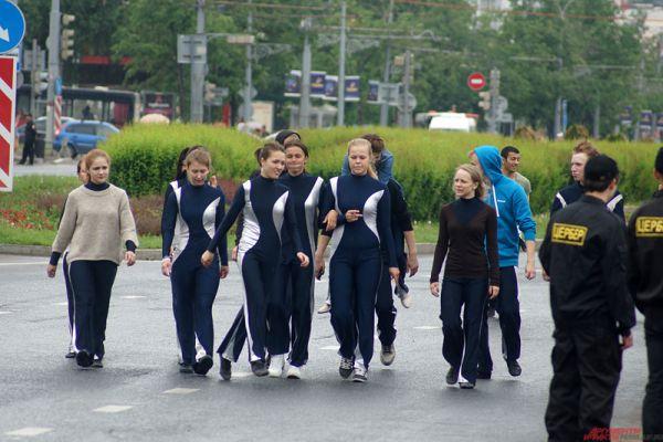 В мероприятии участвовали молодые люди, около 500 человек, одетых в праздничные наряды.