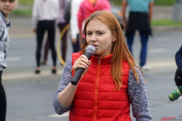 Руководители шоу-программ ходили с микрофонами и командовали участниками.