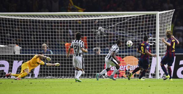 Второй гол «Барсы» забил Луис Суарес, но вот героем эпизода был, безусловно, Месси. Он прошел нескольких игроков соперника и мощно пробил по воротам.