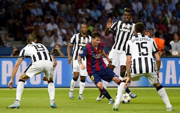 Месси в окружении 4 игроков соперника.
