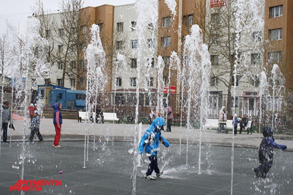 Играть с водой любят все малыши.
