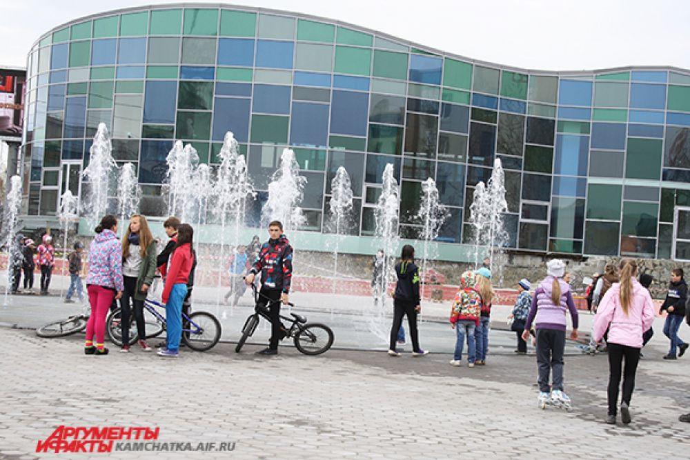 Можно кататься с друзьями на велосипеде или роликах.