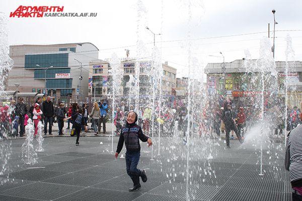 Дети особенно рады открытию фонтана.