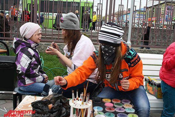 На фонтанной площади работают детские игровые площадки.