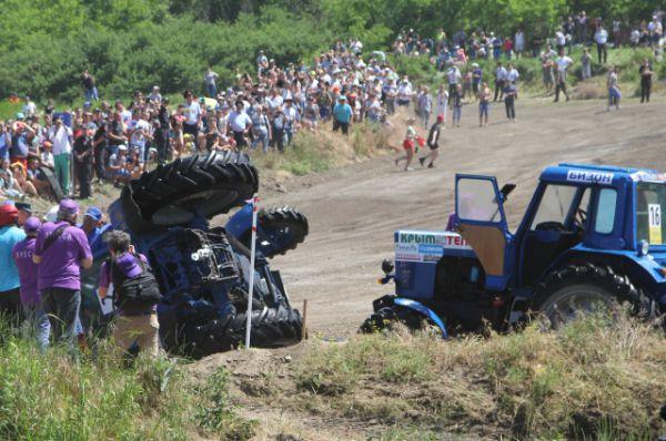 На гонке тракторов в 2015 году не все доехали до финиша.