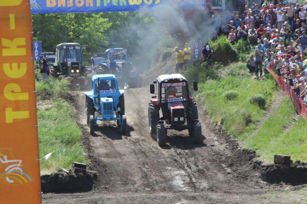 Старт дан. Марафон - заезд по дороге с гравийным покрытием и пересеченной местности. 1-й этап - участники стартуют парами с интервалом 30-45 секунд.