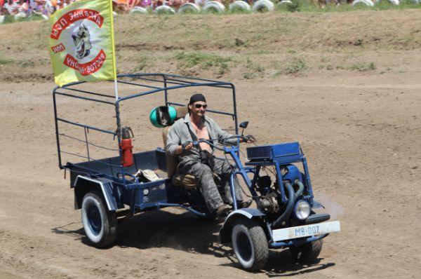 Парад сельских байкеров прошел на гонках впервые.