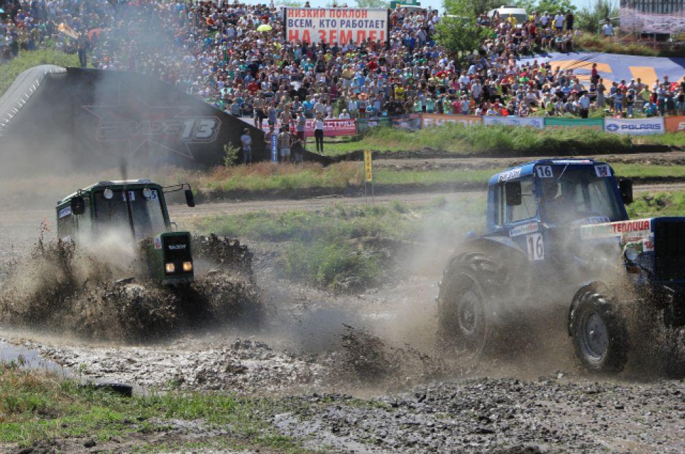 Самый зрелищный момент - прохождение тракторов через водные преграды.