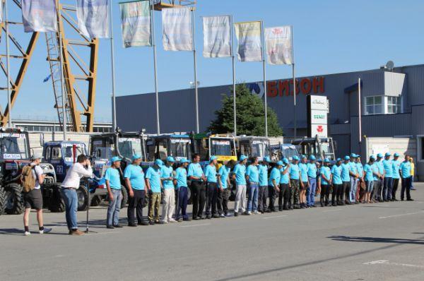 Построение участников соревнований. До трассы автодрома механизаторы добирались на своих тракторах через Ростов-на-Дону.