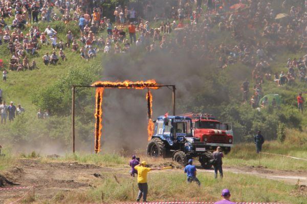 Первое ЧП произошло при прохождении огненных ворот. Загорелось колесо трактора у пилота под № 13, за рулём которого находился Сергей Сапрыкин, приехавший на соревнования из Миллеровского района.