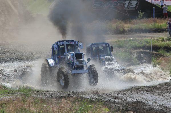 Тракторы в буквальном смысле ныряли в водные преграды и выныривали. Это очень нравится зрителям!