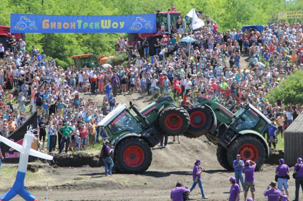 Затишье перед бурей. В перерыве мастера показывают фигурное катание на тракторах.