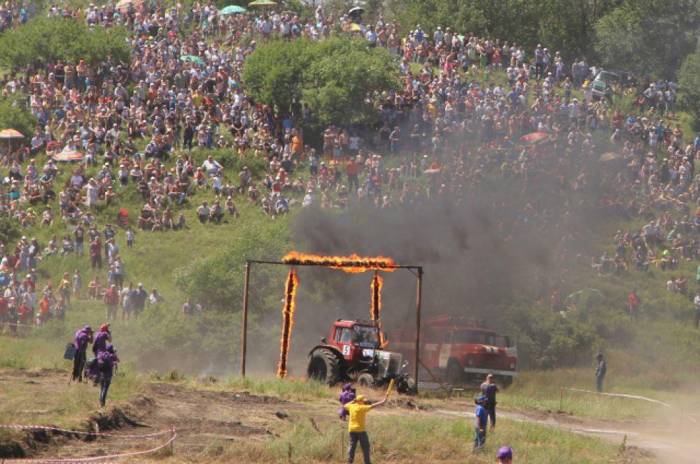 Остальные участники гонок удачно преодолевали огненную преграду.